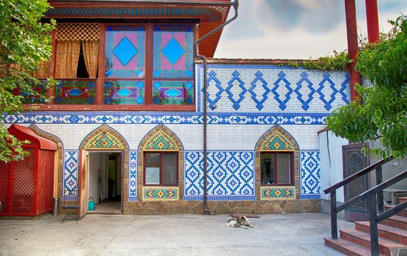 Oud huis met traditionele ornamenten in tatar stijl van het oosten royalty-vrije stock afbeelding