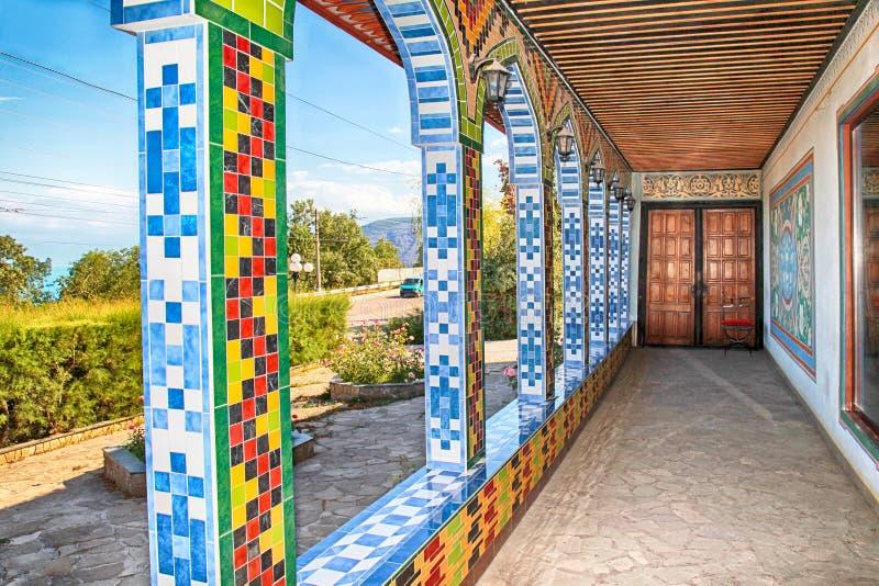 Oud huis met traditionele ornamenten in tatar stijl van het oosten, de Krim royalty-vrije stock fotografie
