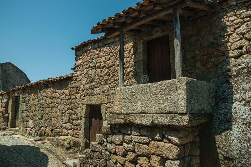 Oud huis met trap die naar een kleine portiek in Monsanto gaan royalty-vrije stock foto's