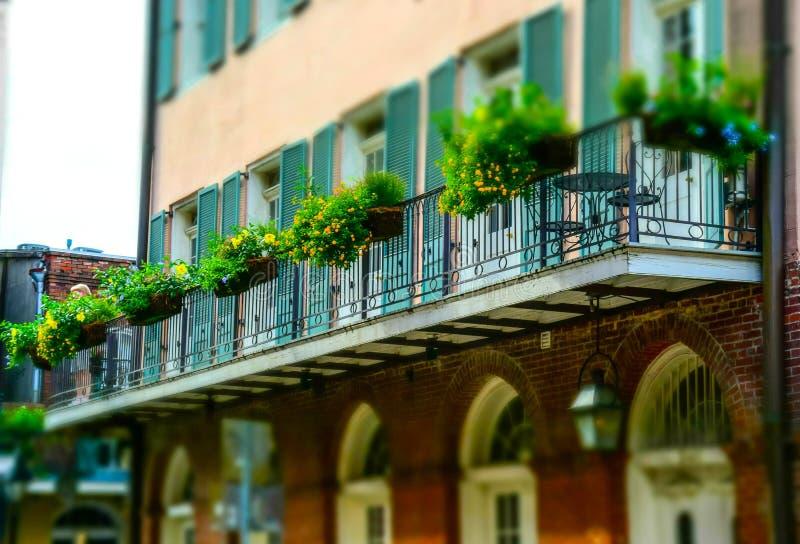 Oud huis op Bourbonstraat en mooie balkons Frans Kwart, New Orleans royalty-vrije stock afbeeldingen