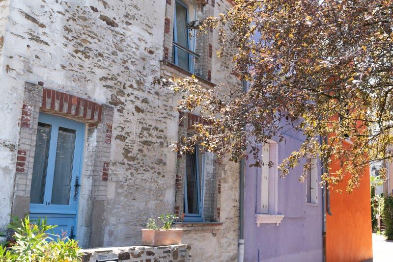 Oud huis van visser in Trentemoult-dorp Bretagne in Frankrijk in de zomerdag royalty-vrije stock afbeelding