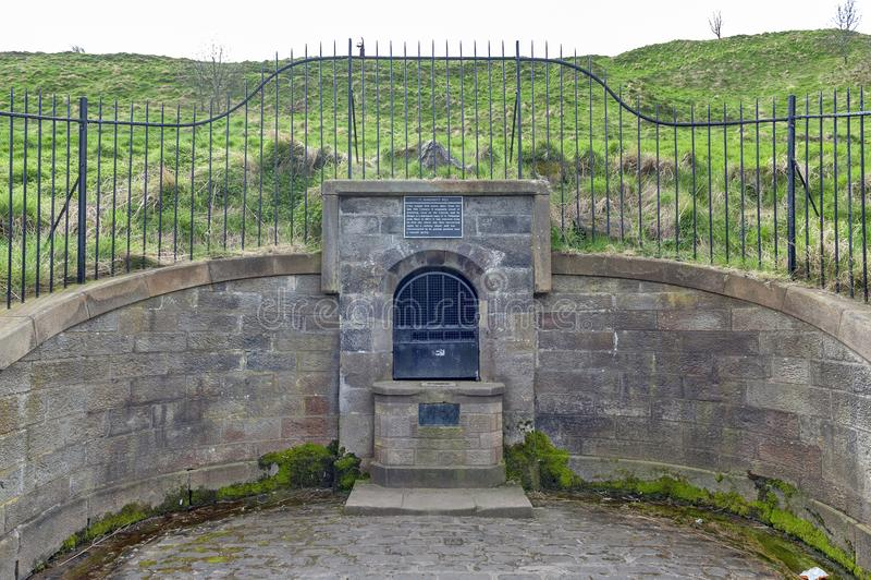 Oud huisvest goed gelegen bij de uitloper van Holyrood-Park in Edinburgh, Schotland, het UK royalty-vrije stock fotografie