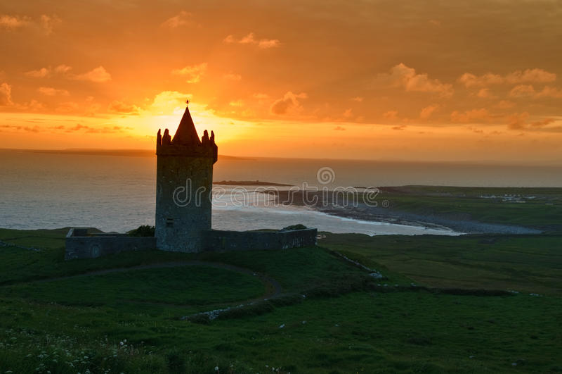 Oud Iers kasteel op het westenkust van Ierland stock foto