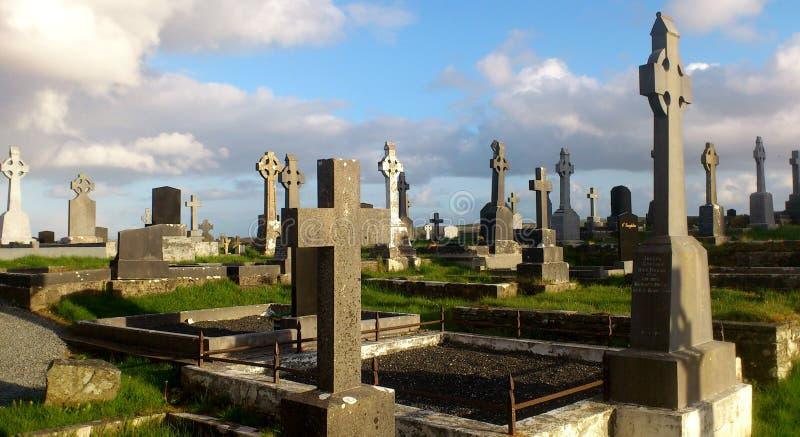 Oud Iers kerkhof met Keltische kruisen stock afbeeldingen