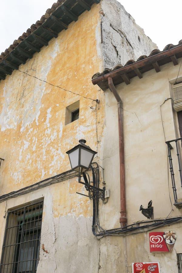 Oud ijzervenster met houten randen op een Spaanse straat traditie royalty-vrije stock foto