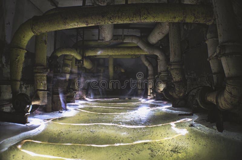 Oud, industrieel filter-ventilatie systeem, in de kelderverdieping van een verlaten schuilkelder stock afbeelding