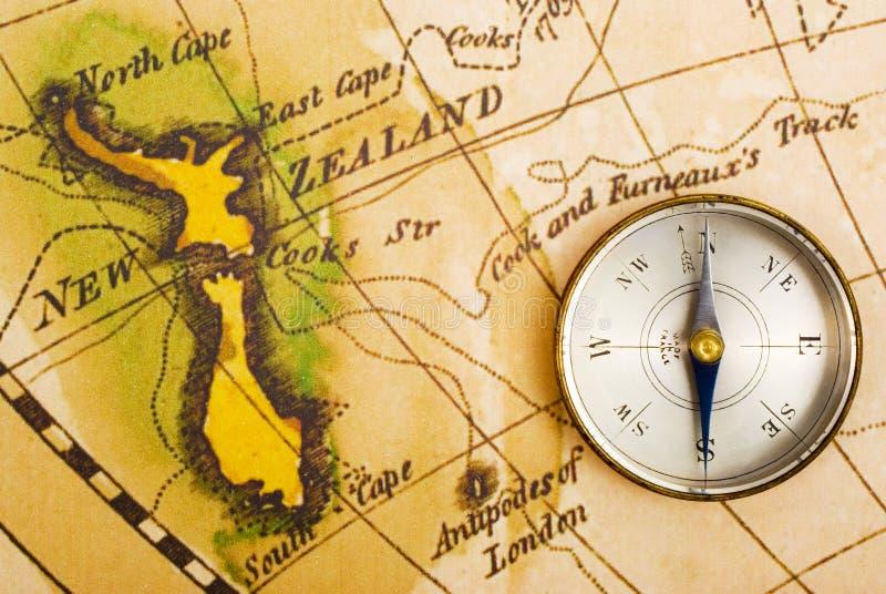 Oud kaart en kompas stock fotografie