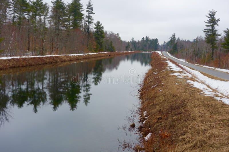 Oud kanaal op een de winterdag stock foto's