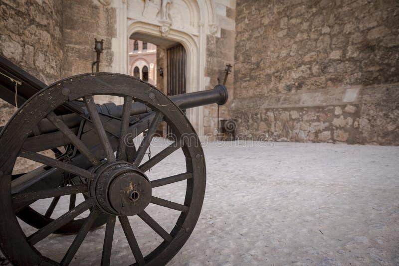 Oud kanon binnen Belmonte Kasteel, provincie van Cuenca, Castilla La Mancha, Spanje royalty-vrije stock foto's