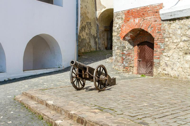 Oud kanon in de binnenplaats van Palanok-kasteel in de stad van Mukachevo de Oekraïne stock fotografie
