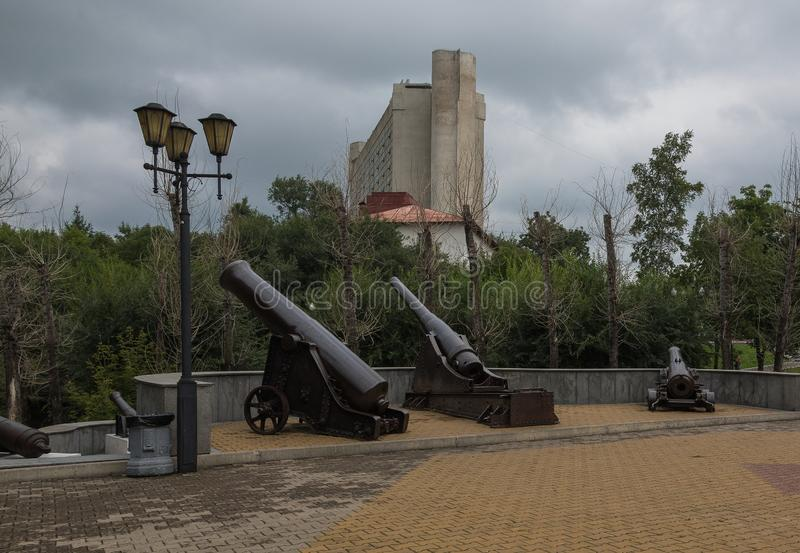 Oud kanon dichtbij het historische Museum van Khabarovsk royalty-vrije stock foto's