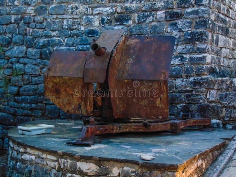 Oud kanon in een kasteel stock foto's