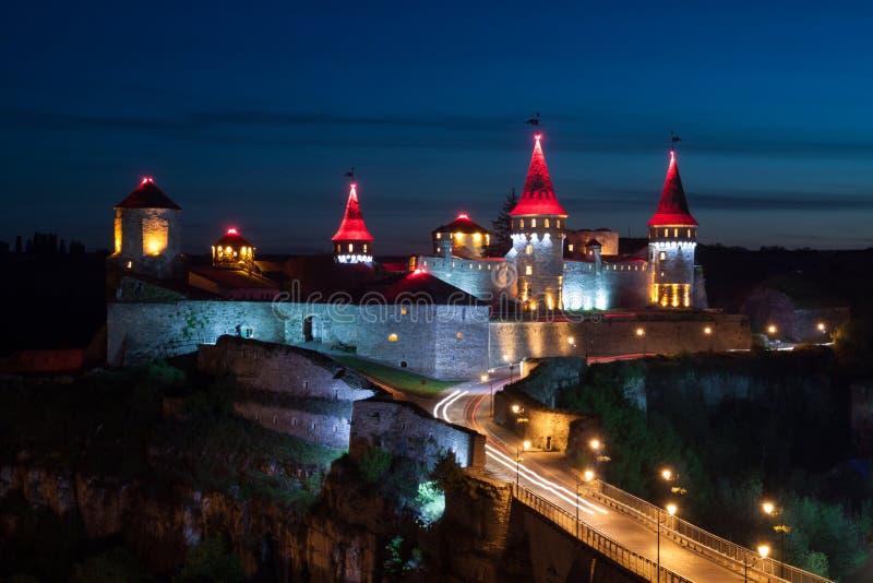 Oud kasteel bij nacht in kamenetz-Podolsk stock foto's