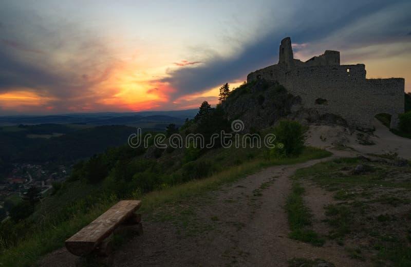 Oud kasteel en zonsondergang stock foto