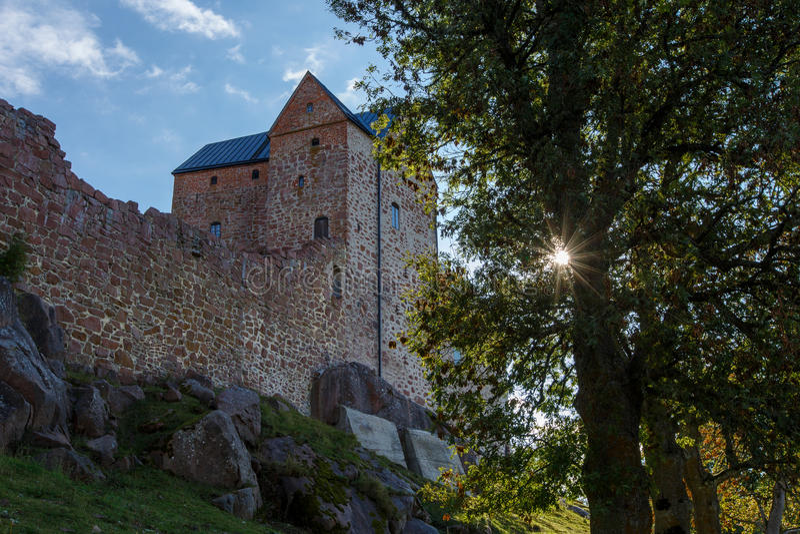 Oud kasteel met boom en zon op Aland-Eilanden stock afbeelding