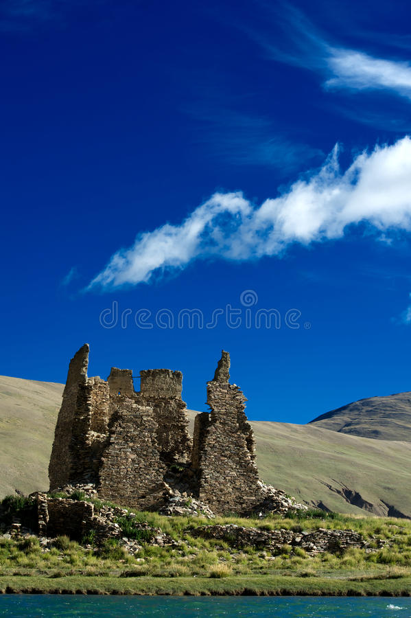 Oud kasteel vóór een berg royalty-vrije stock afbeelding
