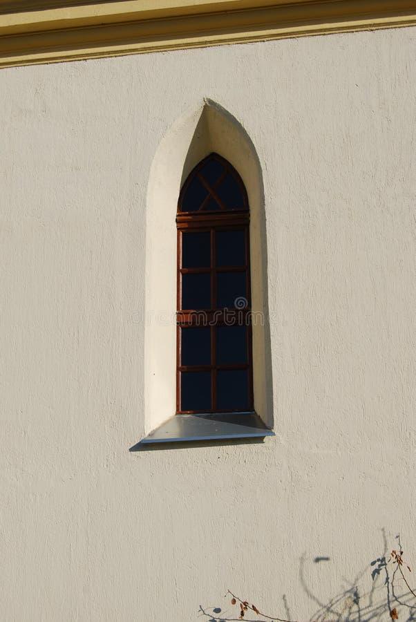 Oud kerkvenster in zonneschijn royalty-vrije stock foto
