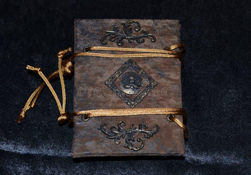 Oud-kijkend met de hand gemaakt notitieboekje, achtermening stock afbeelding