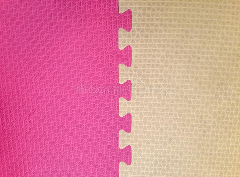 Oud Kleurrijk schuim of rubbervloer en kleurrijke zachte raad met exemplaarruimte stock foto
