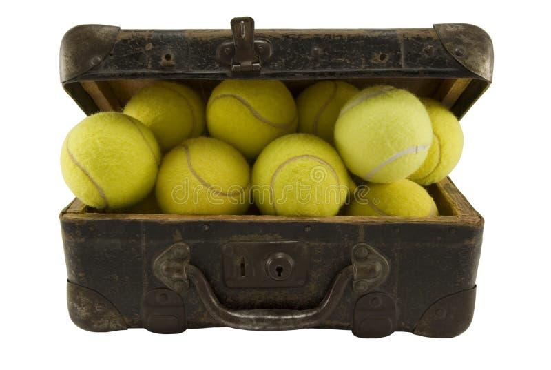Oud kofferhoogtepunt van tennisballen stock afbeelding