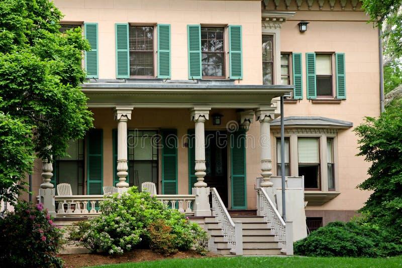 Oud koloniaal stijlhuis met grote portiek stock foto's