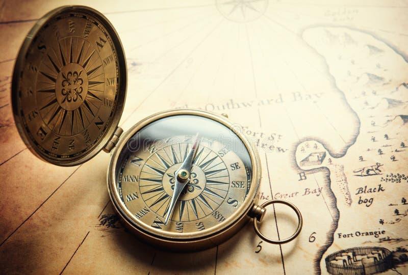 Oud kompas op uitstekende kaart De achtergrond van avonturenverhalen royalty-vrije stock fotografie