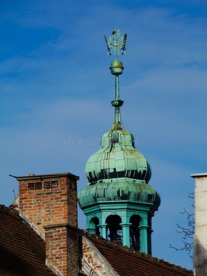 Oud koper geplateerd torendetail met klok onder blauwe hemel royalty-vrije stock afbeeldingen