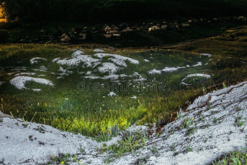 Oud Krijtachtig overwoekerd ravijn met dagzomende aardlagen van krijt Het landschap van de nacht Krapivnoedorp royalty-vrije stock fotografie
