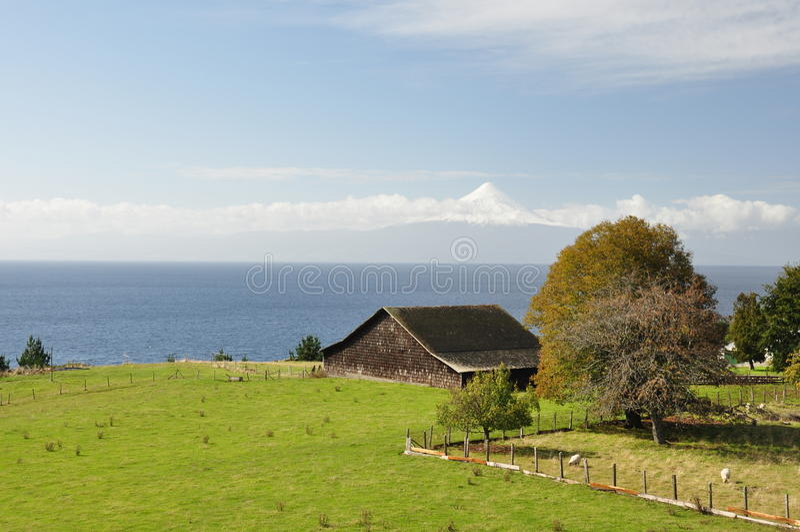 Oud landbouwbedrijf en blokhuis met mooie meningen van Osorno Volcan, Chili stock afbeeldingen