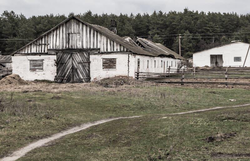 Oud landbouwbedrijf, verlaten schuilplaats voor vee stock fotografie