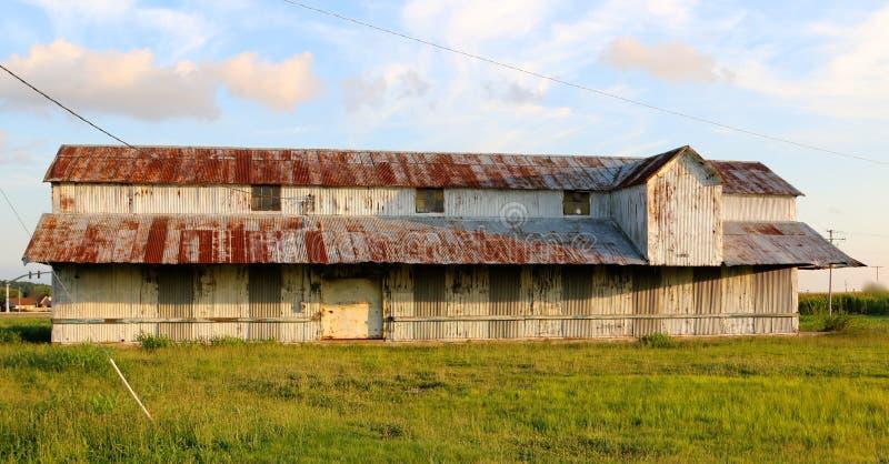 Oud Landbouwbedrijfhuis met Rustieke Rusty Roof In The Mississippi-Delta stock fotografie