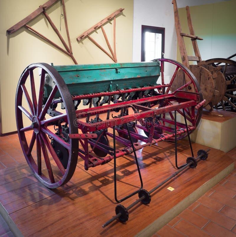 Oud landbouwhulpmiddel om maïs in het museum van Th te planten stock fotografie