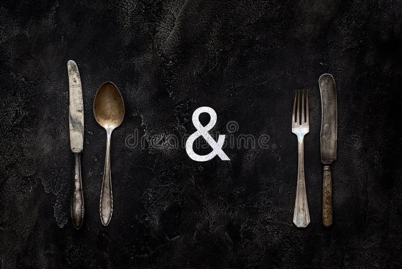 Oud landhuismes, lepel en vork op concrete hoogste mening stock foto's