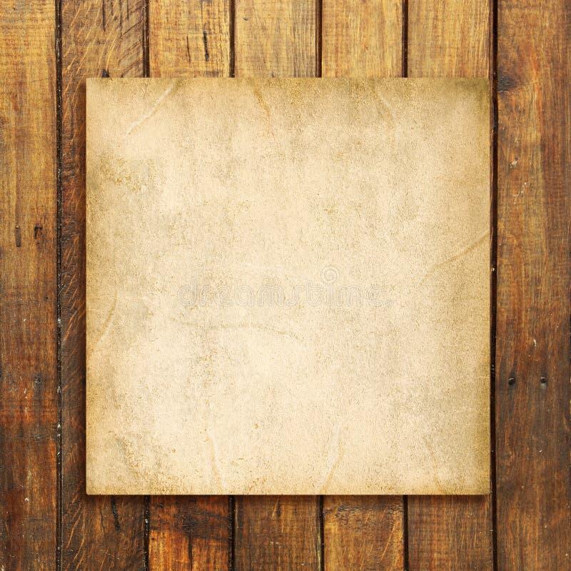 Oud leeg document op bruine doorstane houten achtergrond royalty-vrije stock fotografie