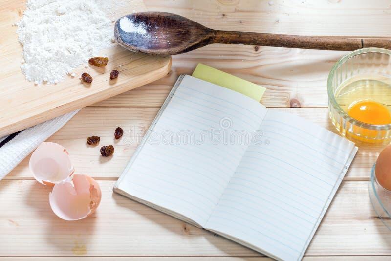 Oud leeg receptenboek. stock foto