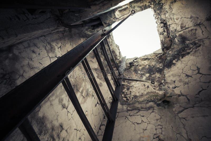 Oud leeg verlaten bunkerbinnenland royalty-vrije stock foto's