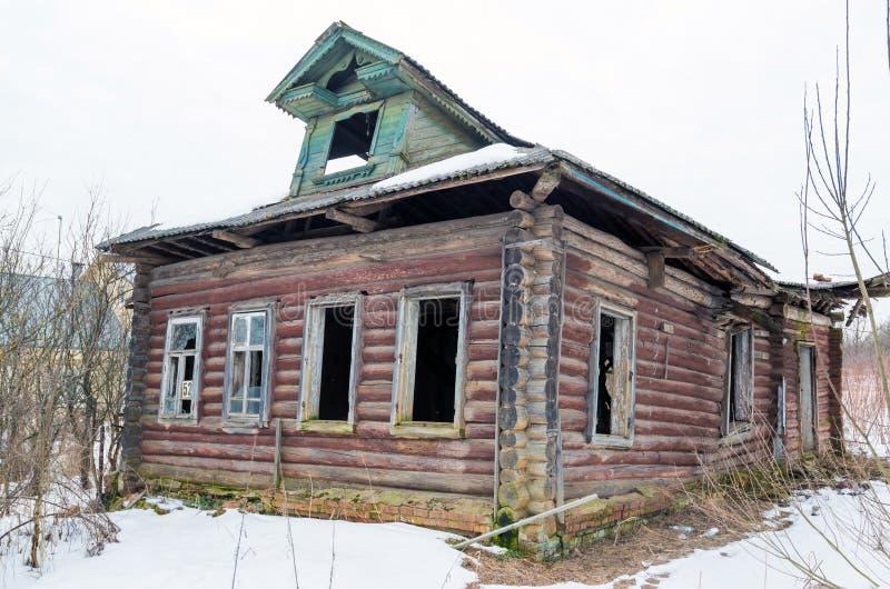Oud logboekhuis in Russisch dorp royalty-vrije stock fotografie