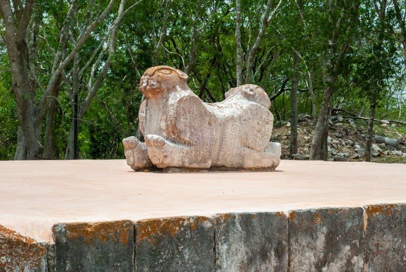 Oud Mayan standbeeld, dat een jaguar met twee hoofden symboliseert stock foto