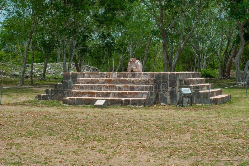 Oud Mayan standbeeld op zijn altaar, die een jaguar met twee hoofden vertegenwoordigen stock afbeeldingen