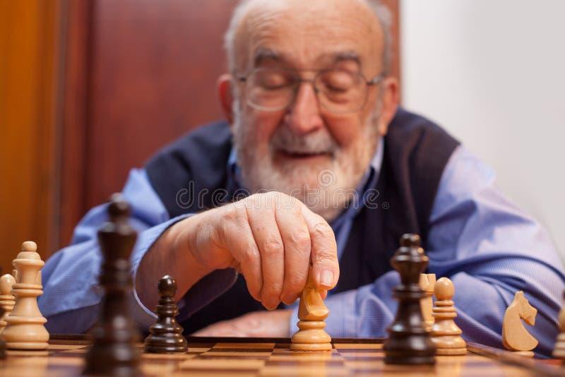 Oud mens het spelen schaak royalty-vrije stock foto's