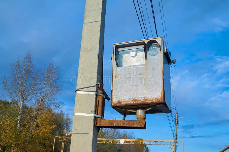 Oud met een het toezichtcamera van de roestweg voor auto's opgezet op een concrete pijler stock afbeelding