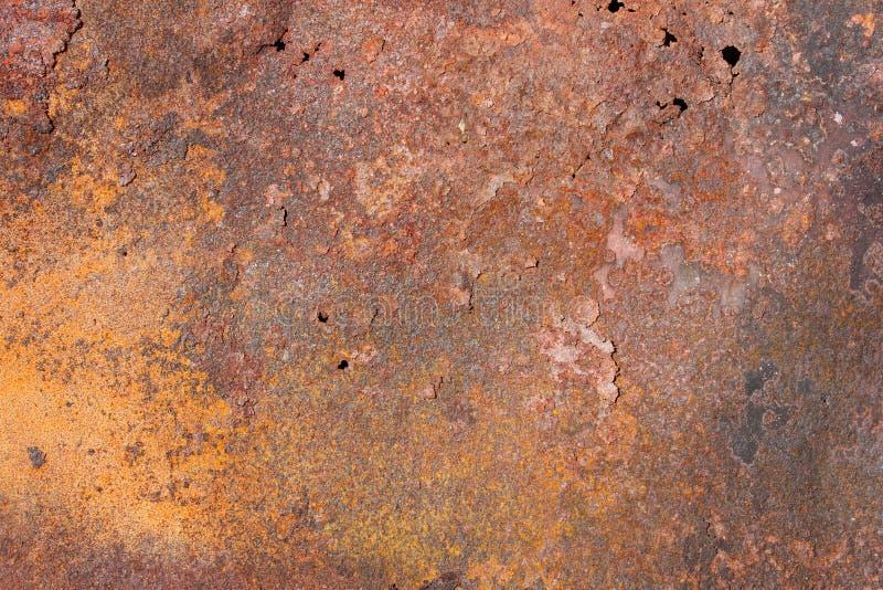 Oud metaal exfoliating blad met rode en gele roest, textuur royalty-vrije stock foto