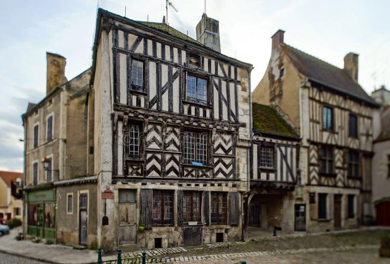 Oud middeleeuws hout-ontworpen huis in oud Frans dorp Noyer stock afbeelding
