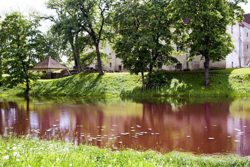 Oud middeleeuws kasteel Jaunpils royalty-vrije stock fotografie
