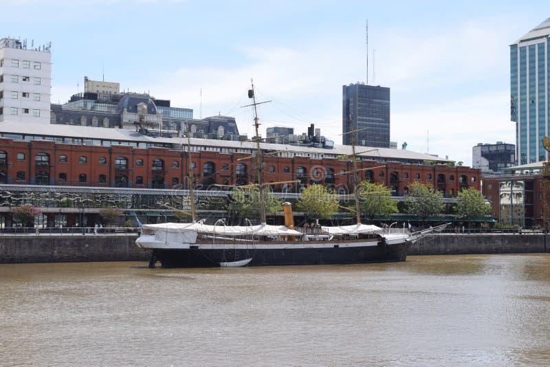 Oud middeleeuws schip bij de pijler op de rivier stock foto