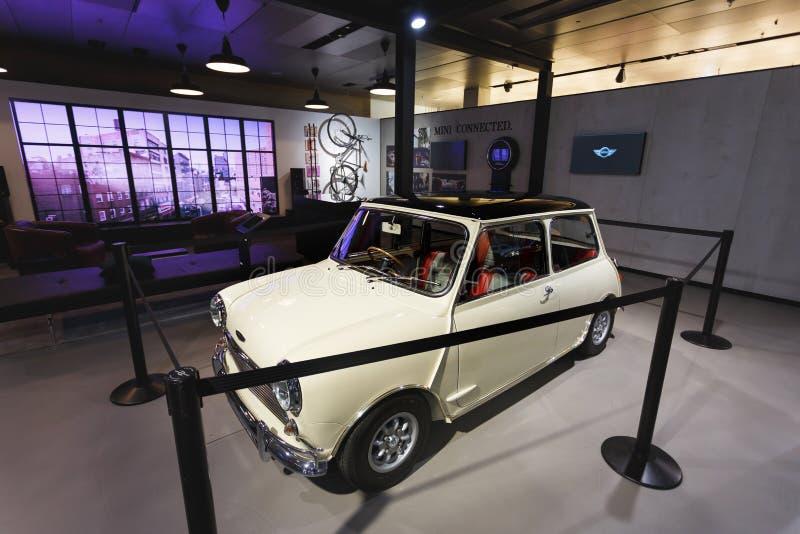 Oud Mini Cooper in de tentoonstelling royalty-vrije stock foto's