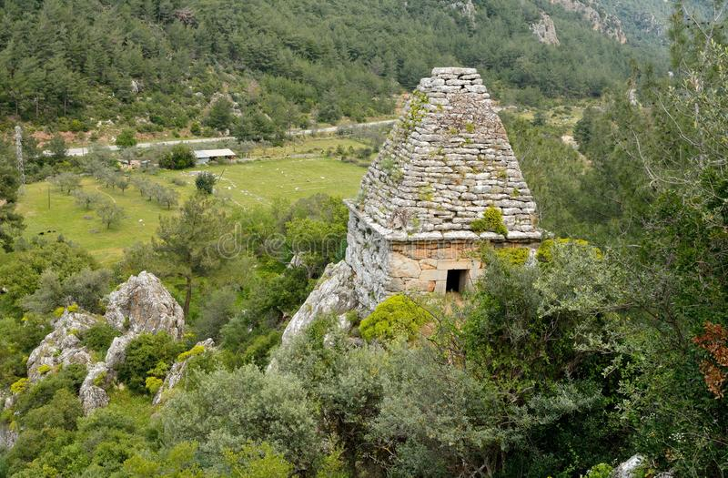 Oud monumentaal graf in Turgut-dorp dichtbij Marmaris-toevlucht t stock afbeelding