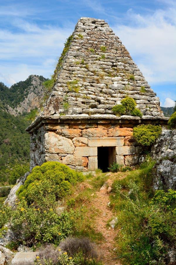 Oud monumentaal graf in Turgut-dorp dichtbij Marmaris-toevlucht t stock fotografie