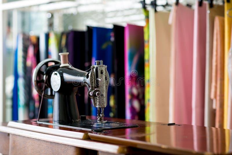 Oud naaimachine en punt van kleding stock foto