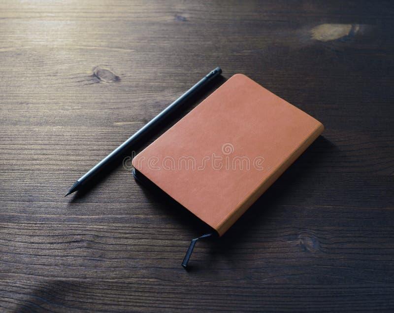 Oud notitieboekje, potlood royalty-vrije stock fotografie